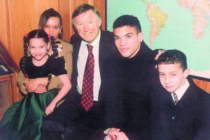 Calliste e sua família foram recebidas por Alex Ferguson (Foto: Reprodução/walesonline.co.uk)