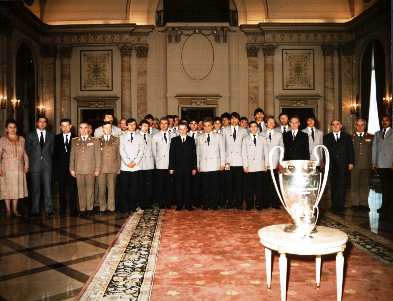A orelhuda, os ditadores e o elenco do Steaua campeão da Liga dos Campeões (Foto: Reprodução)