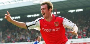 Francis Jeffers com a camisa do Arsenal (Foto: Divulgação/arsenal.com)