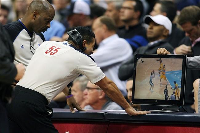 Juízes analisam replay durante partida da NBA (Foto: Reprodução)