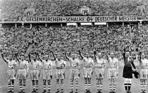 Jogadores do Schalke fazem saudação típica do nazismo (Foto: Reprodução)