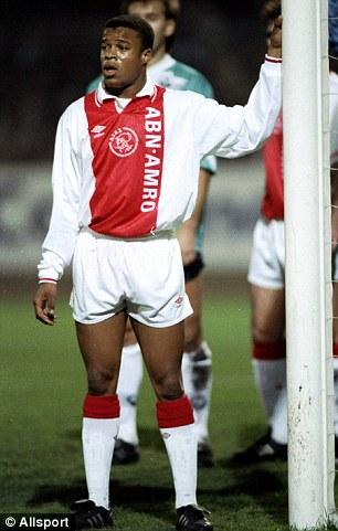 Davids, ainda garoto e sem óculos, no Ajax (Foto: Reprodução)