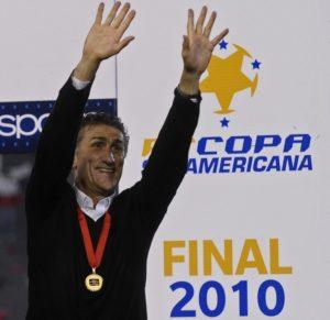 Na LDU, Bauza conquistou além da Libertadores, a Recopa Sul-Americana 2010 (Foto: Reprodução)
