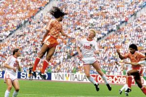 Em 1998, a URSS perdeu a final contra a Holanda por 2 a 0 (Foto: Reprodução/World Soccer)