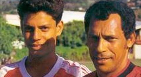 Bennett (à direita) ao lado do filho Naea (Foto: Reprodução)