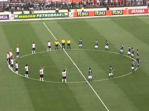 Corintianos homenageiam Sócrates antes do jogo do título em 2011 (Foto: Reprodução)
