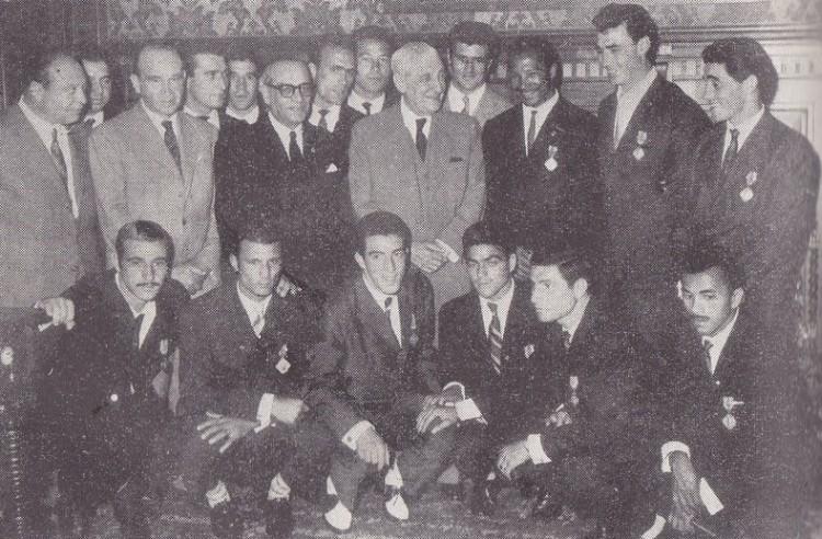 Salazar, o Ministro da Educação e o elenco do Benfica campeão continental (Foto: Reprodução)