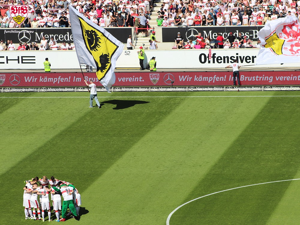 """Jogadores em uma """"rodinha"""" antes da partida diante do Mainz (Foto: Reprodução)"""