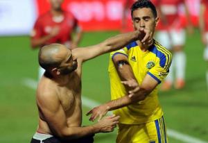 Zahavi briga com torcedor rival (Foto: Reprodução)