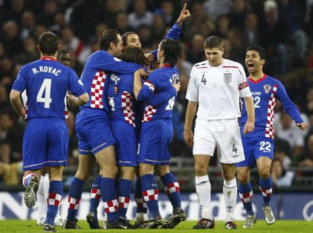 Gerrard desolado após a derrota para os croatas (Foto: Divulgação/UEFA)