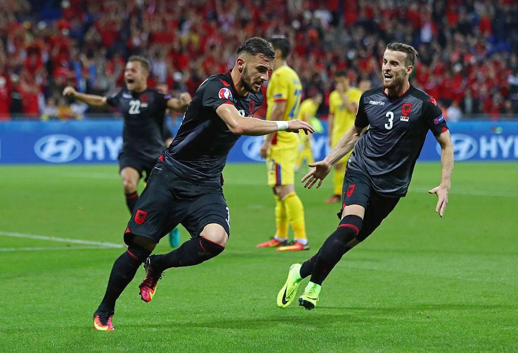 Sadiku é perseguido pelo colega após gol histórico (Foto: Reprodução)