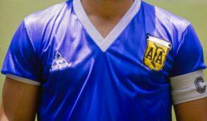 Camisa em gola V e sem os louros no escudo foi comprada às pressas (Foto: Reprodução/Taringa)