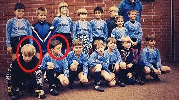 Neuer e Ozil lado a lado desde crianças (Foto: Reprodução)