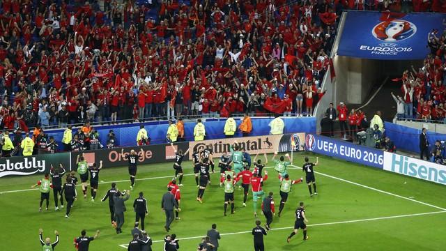 Depois da vitória, restou celebrar com a torcida (Foto: Reprodução)