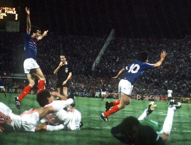 Platini vibra com o gol da classificação (Foto: Reprodução)