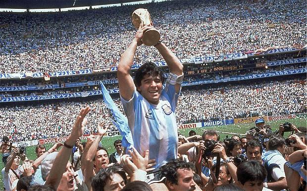 Diego Maradona, nos braços do povo, entra para o Olimpo do futebol (Foto: Divulgação/FIFA)