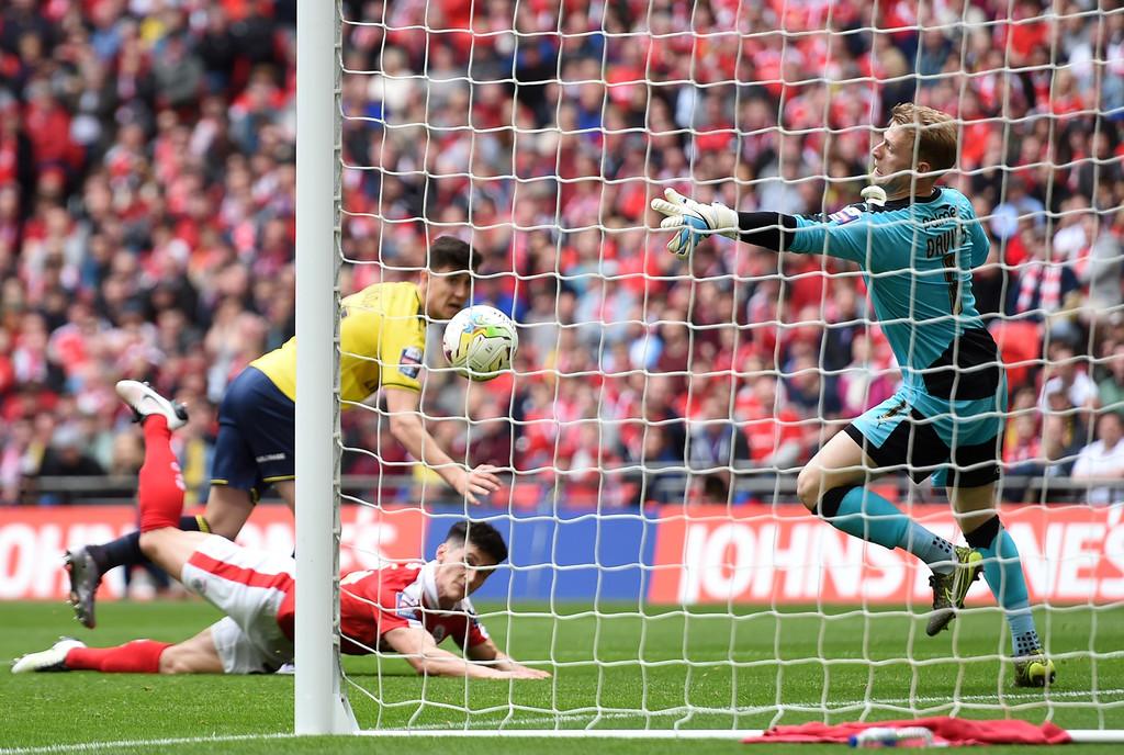 O goleiro Davies em ação pelo Barnsley