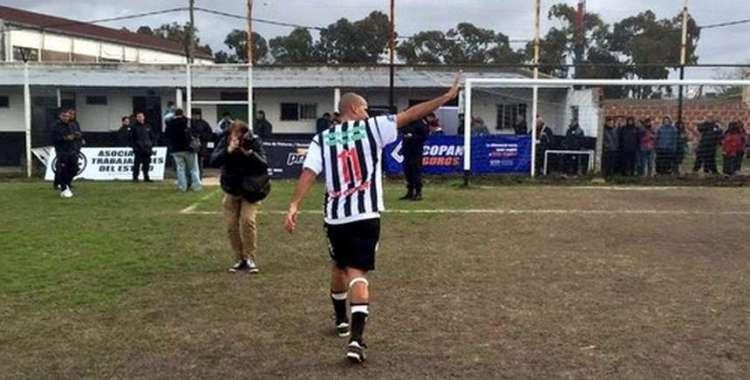 Verón matou a saudade dos campos ao jogar pelo Estrella de Berisso (Foto: Reproução)