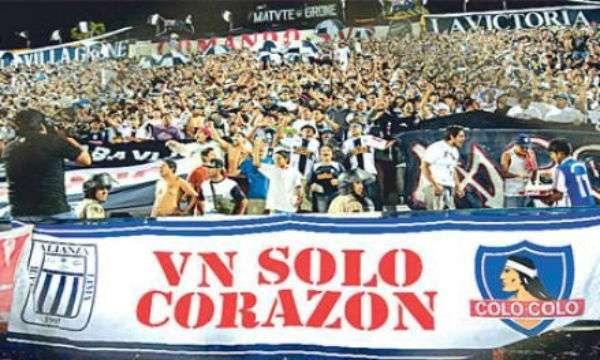 As torcidas de Alianza Lima e Colo Colo confraternizam até mesmo dentro do estádio (Foto: Reprodução)