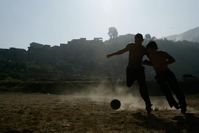 """Irmãos dividem o sonho do futebol em """"Hermano"""" (Foto: Divulgação)"""