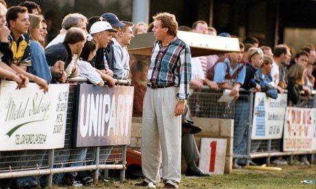 Harry Redknapp chama torcedor (de boné branco) para entrar em campo (Foto: Steve Bacon)