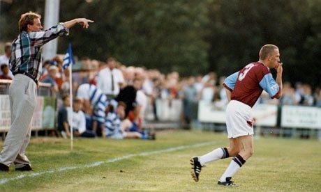 Steve Davies (ou Tittyshev) entra em campo pelo West Ham (Foto: Steve Bacon)
