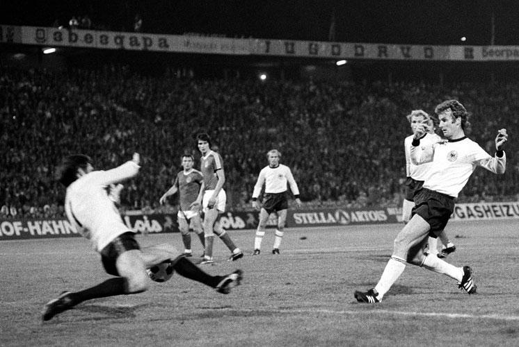 Dieter Muller não poderia esperar por uma estreia melhor em 1976 (Foto: Divulgação/UEFA)