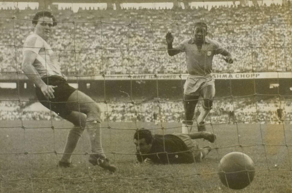Momento histórico: o Rei estreia com gol em clássico contra a Argentina (Foto: Divulgação/Arquivo Nacional)