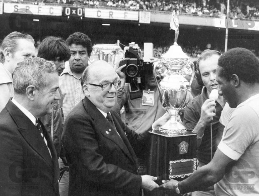 Em homenagem, Paulo Machado de Carvalho entrega taça ao já aposentado Djalma Santos (Foto: Gazeta Press)