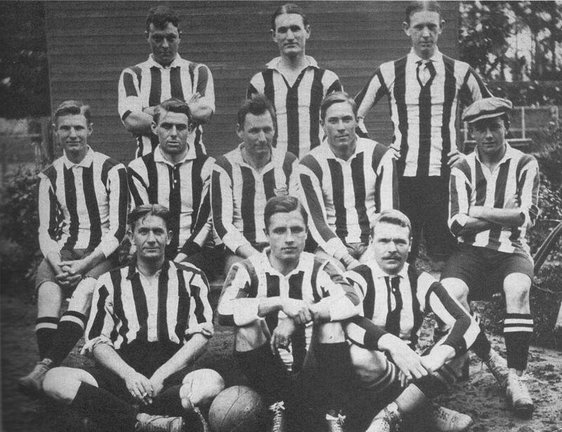 A formação do Alumni em 1910, com os sete irmãos Brown (Foto: Reprodução)