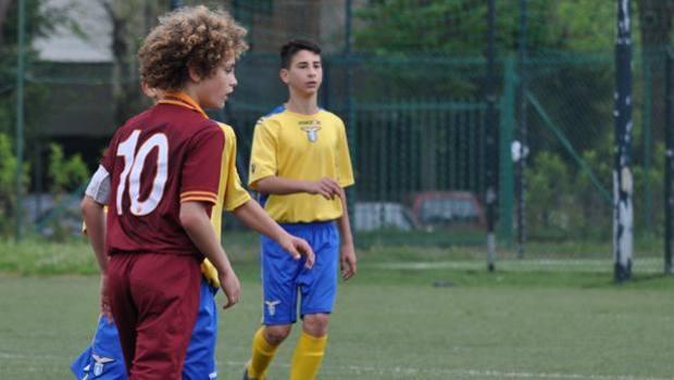 O jovem com a camisa da Roma: Mudança de lado (Foto: Reprodução)