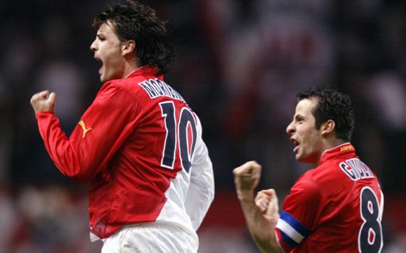 Morientes e Giuly comemoram na virada contra o Real Madrid (Foto: Reprodução)