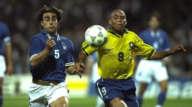 Cannavaro e Ronaldo disputam a bola no melhor jogo do torneio (Foto: Reprodução)