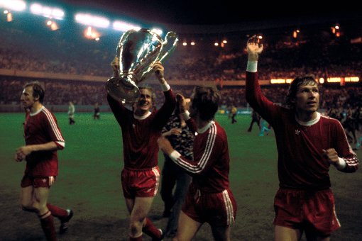 Bayern após vencer o Saint-Étienne e faturar sua terceira European Cup seguida (Imagem: Divulgação/UEFA)