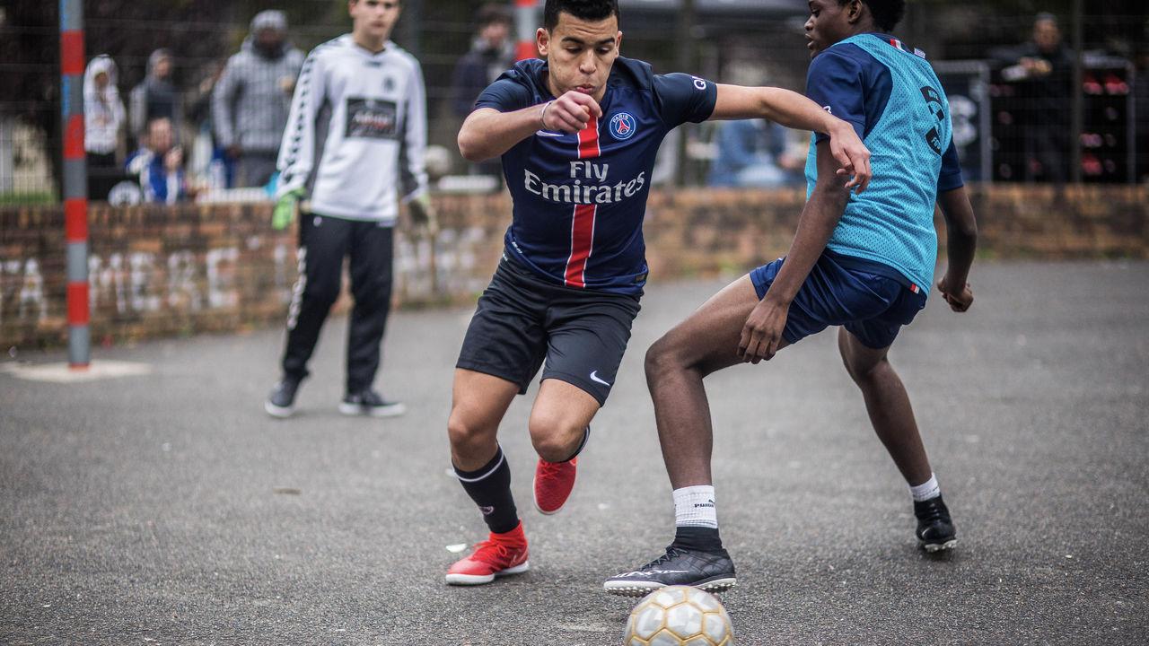 A França também tem futebol de rua (Foto: Divulgação/Netflix)