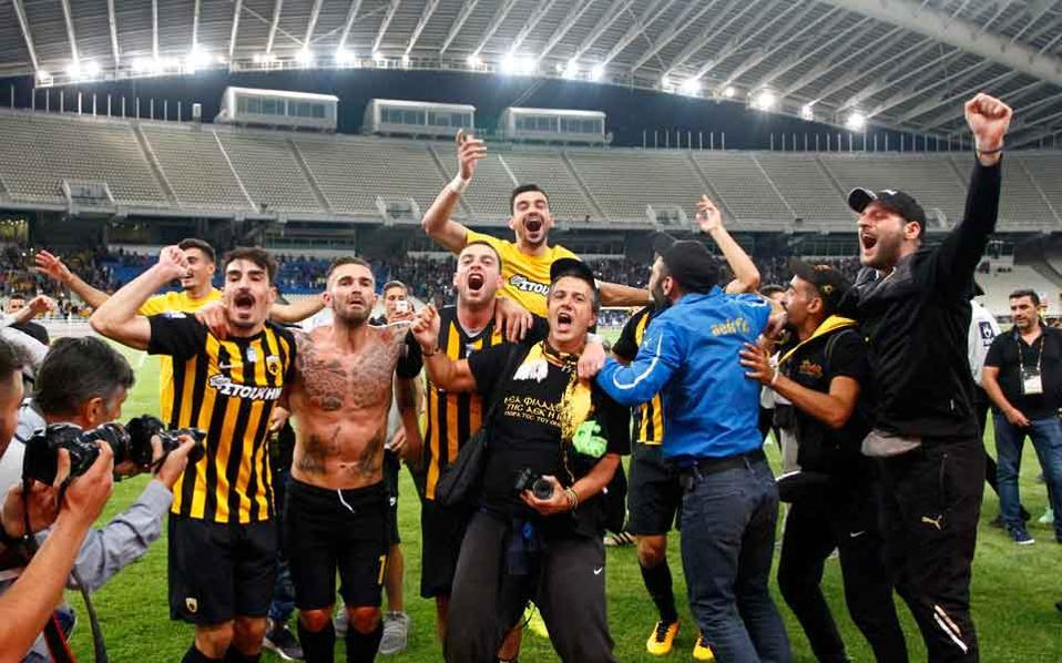 Jogadores do AEK comemoram a vitória no clássico contra o Olympiacos (Foto: Divulgação)