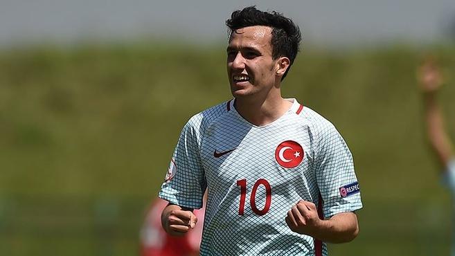 Babacan é a referência do meio-campo turco (Foto: Reprodução)