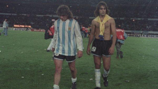 Caniggia e Batistuta saem desolados após a goleada colombiana (Foto: Reprodução)