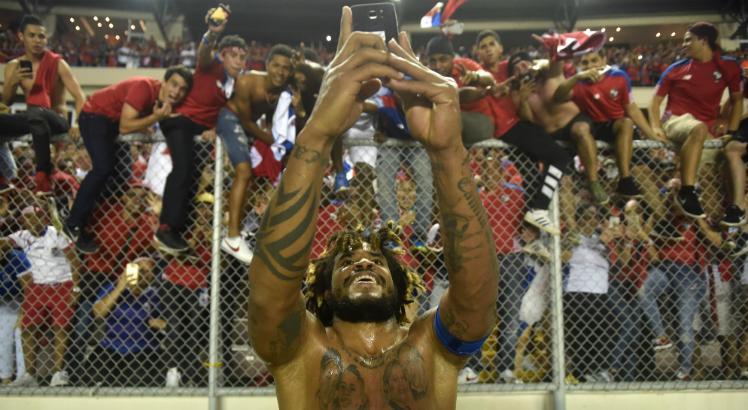 Torres tira selfie com torcedores após classificação do Panamá para a Copa (Foto: Reprodução)