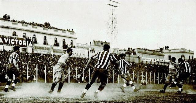 Tensão tomou conta no primeiro Boca x River da era profissional (Foto: Reprodução)