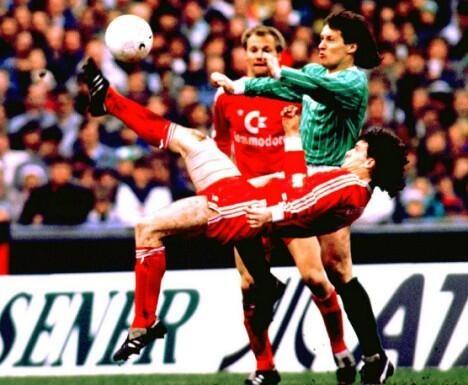 Hughes em ação pelo Bayern (Foto: Reprodução)