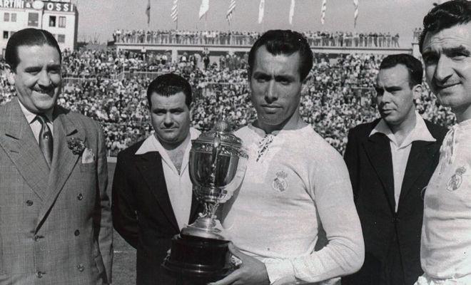 Pahiño recebe o troféu Pichichi referente à artilharia do Espanhol de 1952 (Foto: Reprodução)